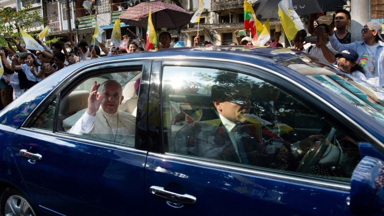 Pope arrives in Myanmar