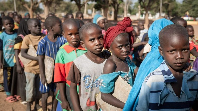 Các em học sinh tiểu học tại một nước Phi châu