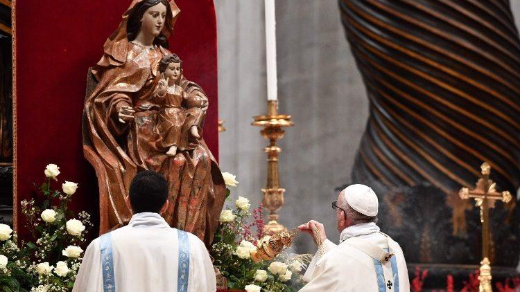 Papa Francisco incensa imagem de Nossa Senhora de Monte Serrat