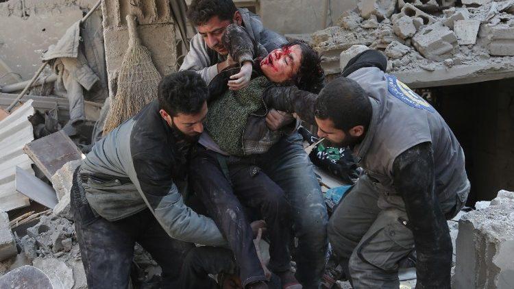 Siria: bambini estratti dalle macerie
