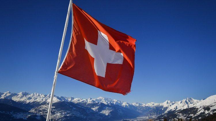 Un drapeau suisse au dessus de Crans-Montana, le 4 mars 2018.