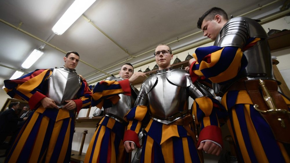 vatican-guards-swear-in-ceremony-1525626180951.jpg
