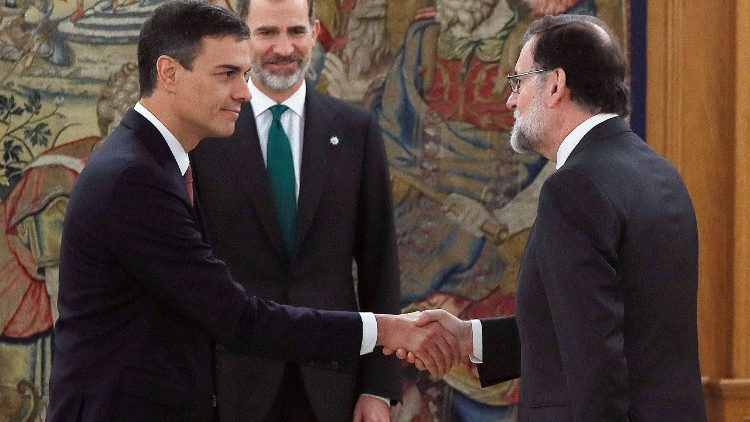 Spain's new Prime Minister Pedro Sanchez (L) shakes hands with Mariano Rajoy