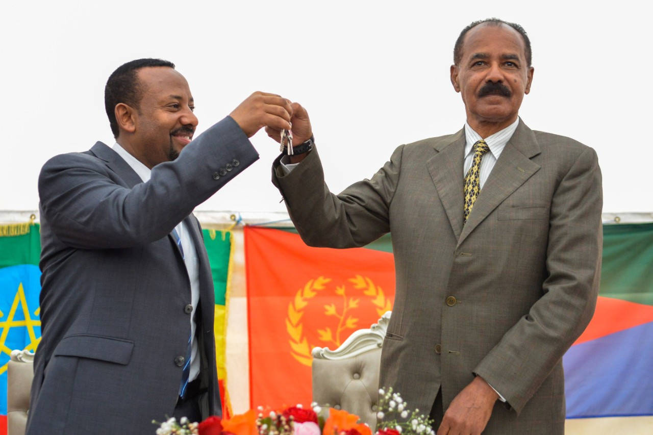 Ethiopian PM Abiy Ahmed (L) and Eritrean President Isaias Afworki (R)