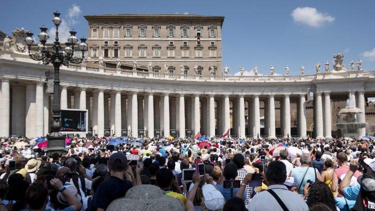 Fiéis e peregrinos reunidos na Praça São Pedro para a oração do Angelus com o Papa