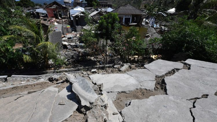 indonesia-quake-1533542952142.jpg
