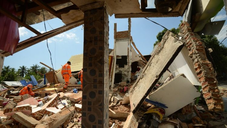 indonesia-quake-1533628983996.jpg
