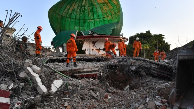 topshot-indonesia-quake-1533628948961.jpg