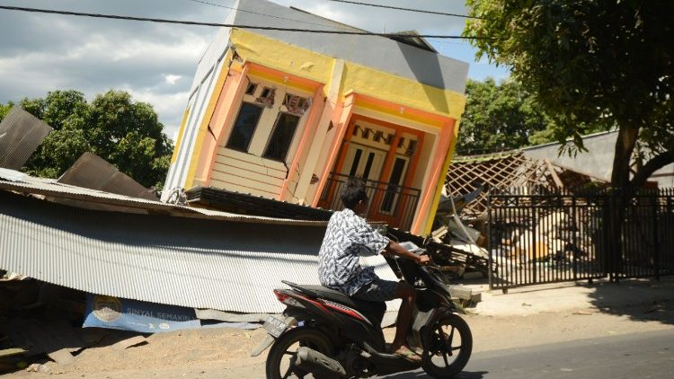 topshot-indonesia-quake-1533628980164.jpg
