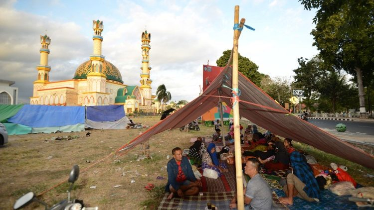 Tent in a makeshit evacuation in the compound of a mosque, Mataram, August 7th