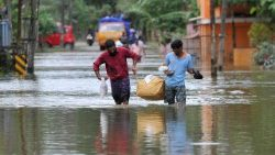 TOPSHOT-INDIA-WEATHER-FLOODS