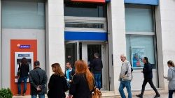 Greeks queue at banks amidst economic crisis