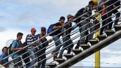 Honduran migrants climb overpass to go to Tecum Uman, Guatemala border with Mexico, October 18th