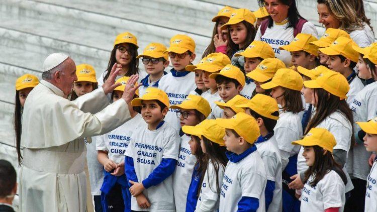 Papa com um grupo de adolescentes na Audiência Geral