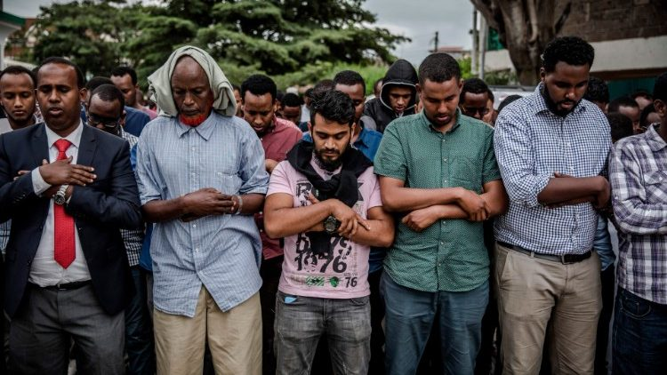 keniyans bemourn at the mass funeral of their compatriots