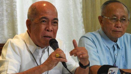 Mgr Romulo Valles (à gauche), archevêque de Davao et président de la CBCP, et Mgr Antonio Ledesma, archevêque de Cagayan de Oro, lors d'une conférence de presse le 28 janvier 2019