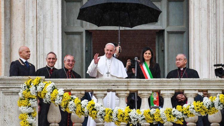 Pope greets the people of Rome from Capitoline Hill