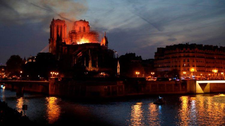 La cathédrale Notre Dame de Paris en proie aux flammes, lundi 15 avril 2019.