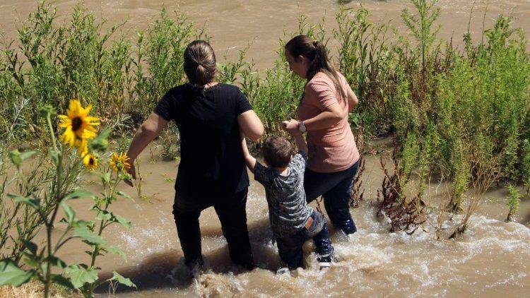 Những người di dân Braxin đang vượt sông Rio Grande