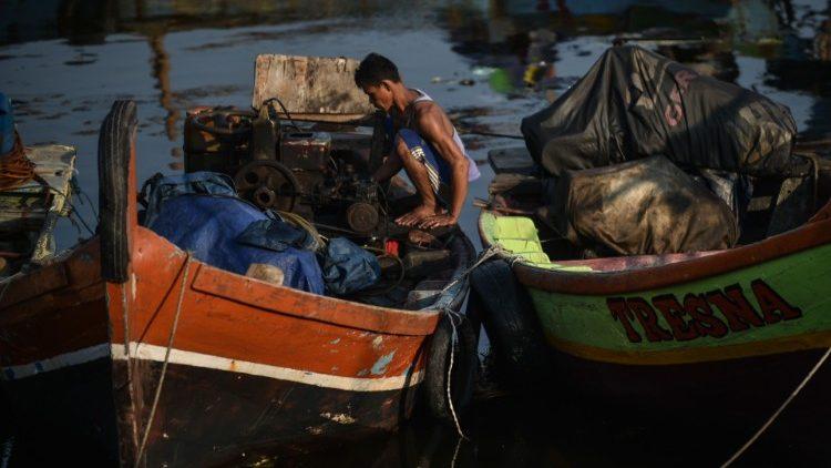 No mundo, existem aproximadamente 1 milhão e meio de marítimos e pescadores