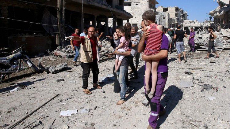 Civili in fuga dai bombardamenti a Idlib