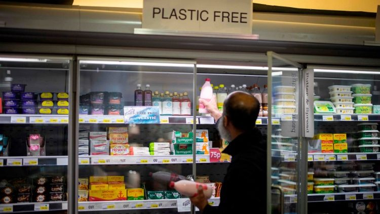BRITAIN-LIFESTYLE-FOOD-CLIMATE-PLASTIC