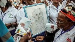 Faithful sing and dance as Pope Francis arrives in Maputo