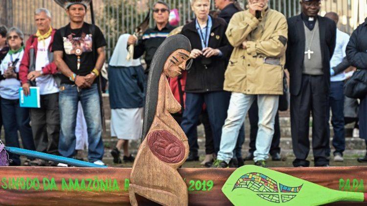 Une statuette présentée lors d'une procession organisée dans le cadre du Synode sur l'Amazonie, le 19 octobre 2019.