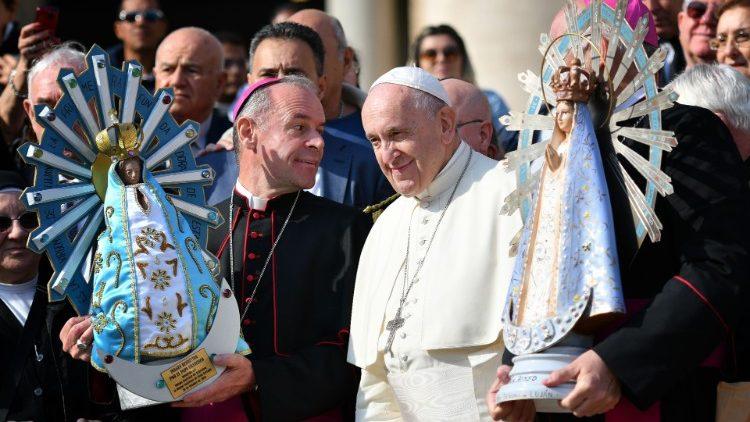 Mgr Santiago Olivera, évêque argentin aux armées, Mgr Paul Mason, son homologue britannique, et le Pape François, lors de l'échange des statues de la Vierge de Lujan, entre Argentine et Royaume-Uni, le 30 octobre 2019.