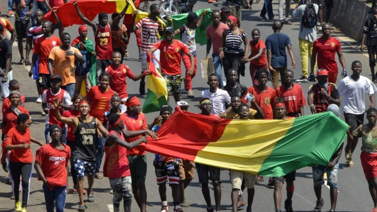 Crowds in Conakry demonstrate (with national flag) against Presidential third term bid (file photo).