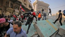 Iraqi protesters clash with Iraqi security forces in Baghdad
