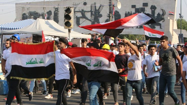 Junge Demonstrierende am Tahrir-Platz in Baghdad, Irak