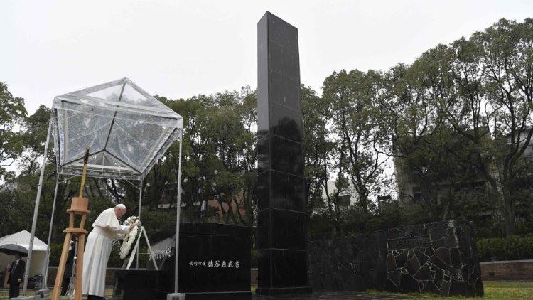 Le Pape rendant hommage aux victimes de la bombe atomique, le 24 novembre 2019 à Nagasaki.