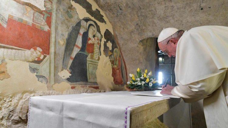 グレッチョ、プレゼピオの洞窟で書簡に署名する教皇フランシスコ 2019年12月1日