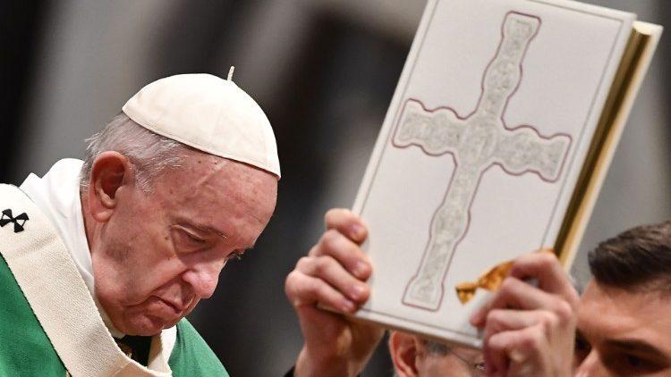 El Santo Padre durante la Misa del domingo de la Palabra de Dios.