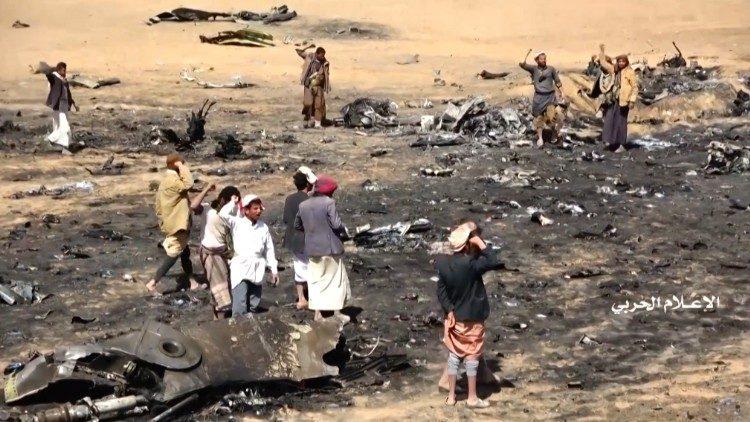 Ribelli Houti sul luogo dell'abbattimento di un carcere saudita