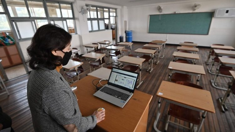 A teacher giving an online class as her students attend a virtual classroom