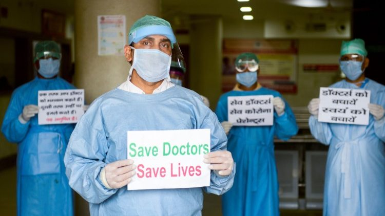 Indian Church hails Covid-19 law punishing assault on health workers - Vatican News