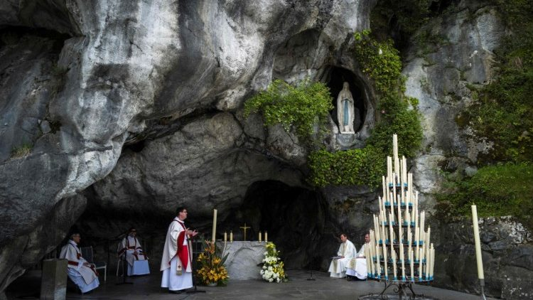 The grotto of apparition - the actual site of the apparition of the Immaculate  (file foto)