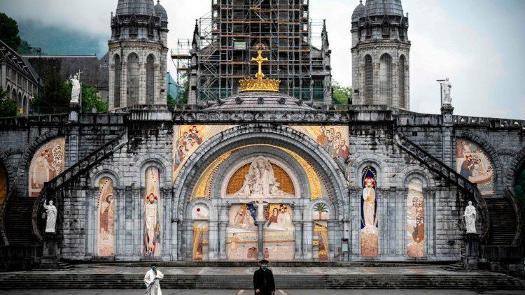 La basilique de Lourdes : les évêques français espèrent rouvrir au culte les églises pour la Pentecôte
