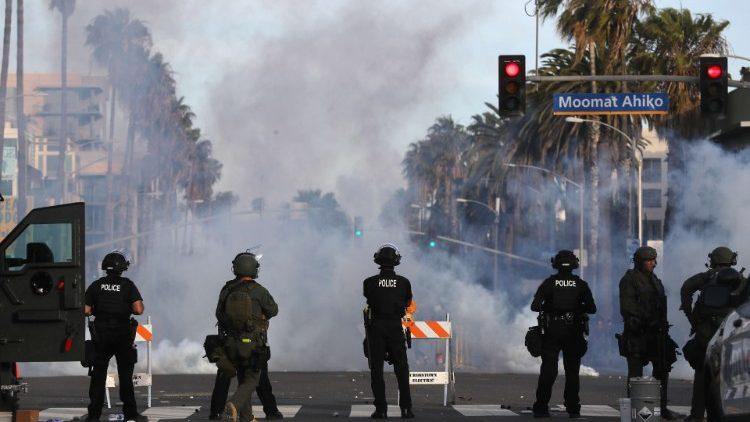 La police surveille les manifestations qui ont lieu à Santa Monica, en Californie, le 31 mai 2020