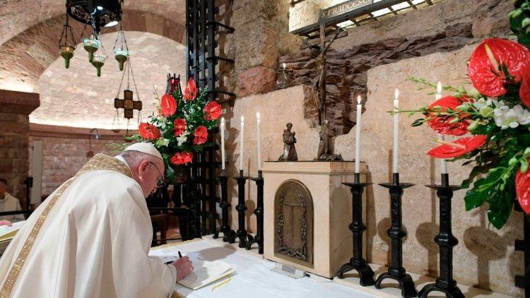 Papež Frančišek podisuje okrožnico Fratelli tutti na grobu sv. Frančiška, 3. oktober 2020