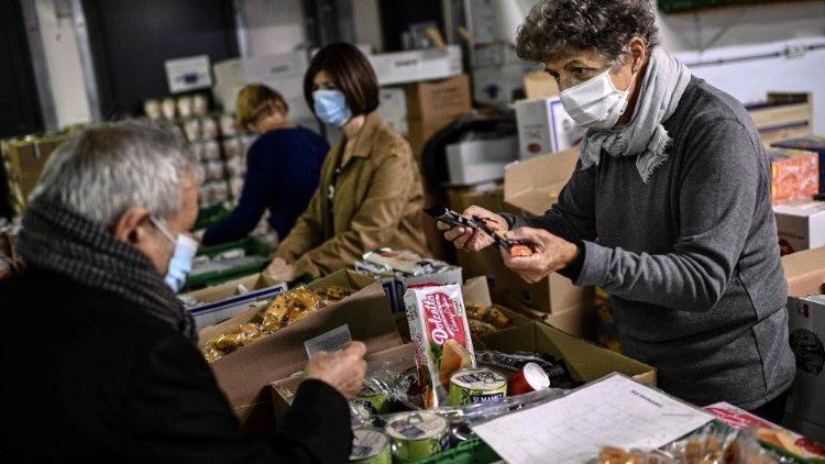 Distribution d'aide alimentaire par les Restos du Cœur, le 13 octobre 2020.