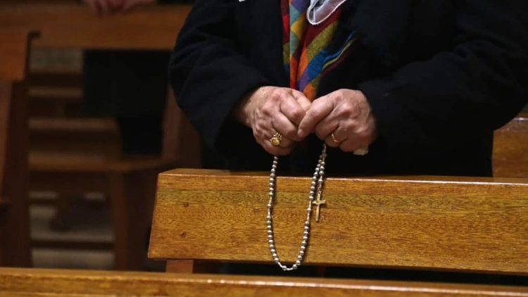 An Iraqi woman holds a rosary