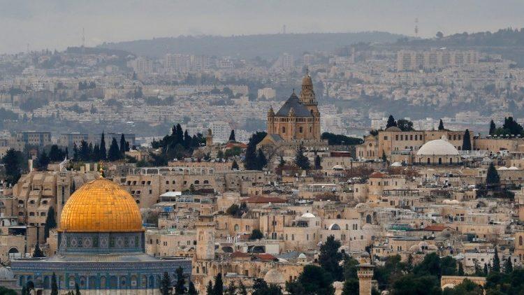 Vue sur la Vieille ville de Jérusalem. Au premier plan, le Dôme du Rocher; en arrière-plan, l'Abbaye de la Dormition