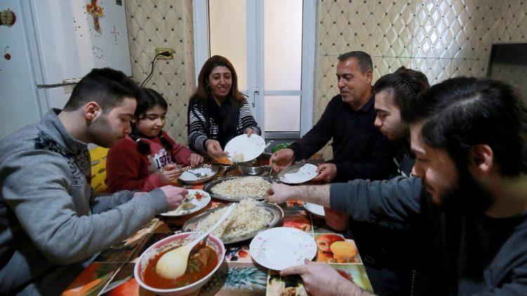 Une famille de réfugiés chrétiens irakiens à Amman, en janvier 2021. La Jordanie accueille de nombreux réfugiés venus de Syrie ou d'Irak.