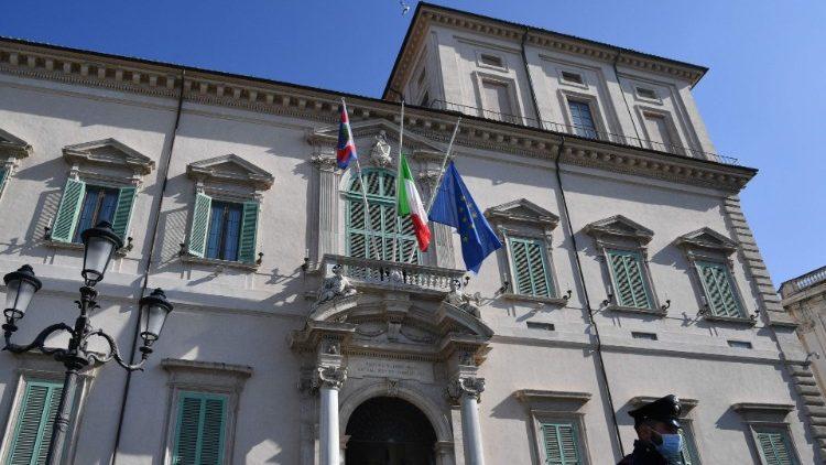À Rome, les drapeaux sont en berne sur la façade du Quirinal, le palais de la Présidence italienne, le 23 février 2021.