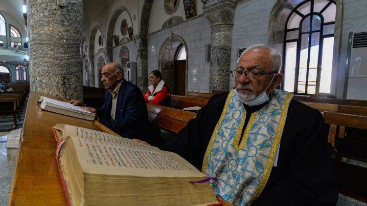 Katoličani sirskega obreda med molitvijo v cerkvi Brezmadežnega spočetja v Karakošu, ki jo bo papež obiskal v nedeljo
