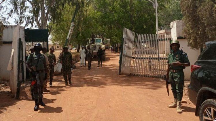 Les enlèvements sont nombreux au Nigeria : des soldats nigérians patrouillent devant une école où des élèves ont été kidnappés
