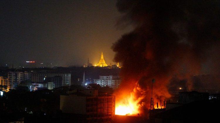 미얀마 양곤 시내 곳곳에서 시민과 군대의 충돌로 인한 화재 발생